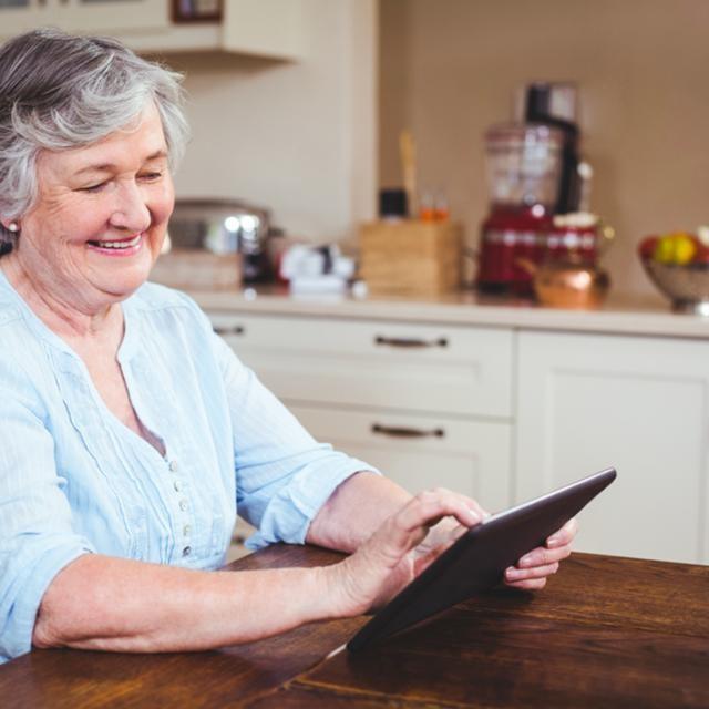 Dame sénior avec tablette en main